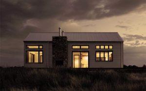 Motten bekämpfen - Abends geöffnete Fenster mit angeschaltetem Licht lockt Motten an